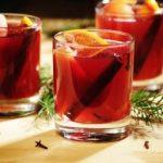 varené víno s pomarančom, vetvičkami a klinčekmi