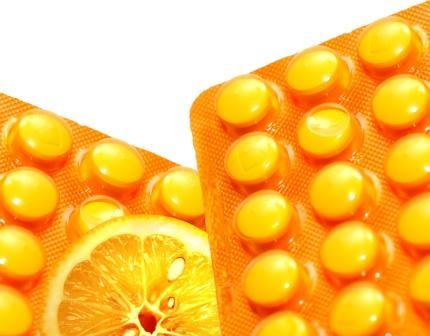 vitamín C - pomaranč a tabletky vitamínu C