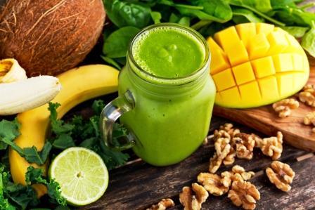 zdravé zelené smoothie - mladý špenát, mango orechy, limetka