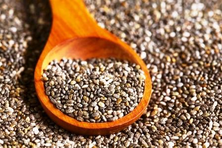 zdrave semienka chia na drevenej lyzici