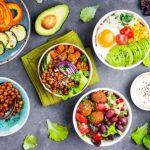 zdravé vegetariánske šaláty, čerstvá zelenina vajíčka avokádo