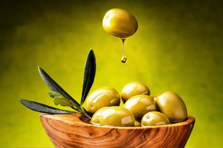 zelena oliva s kvapkou olivoveho oleja