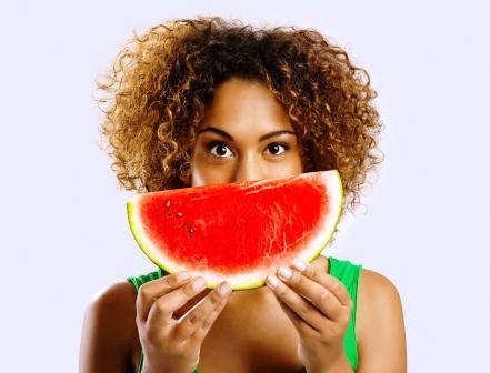 zena drzi v rukach melon