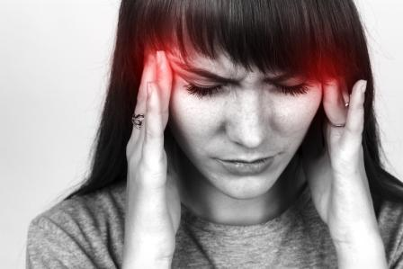zena s bolestou hlavy pomoz