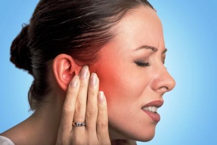 zena s bolestou ucha